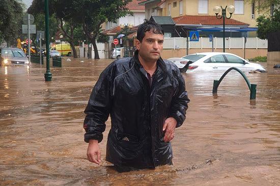 ראש עיריית  הוד השרון, אמיר כוכבי. גם שכונה מודרנית בעיר הוצפה / צילום: דוברות  הוד השרון