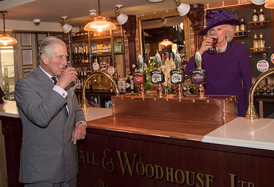 צ'רלס וקמילה שותים בירה / צילום: Reuters