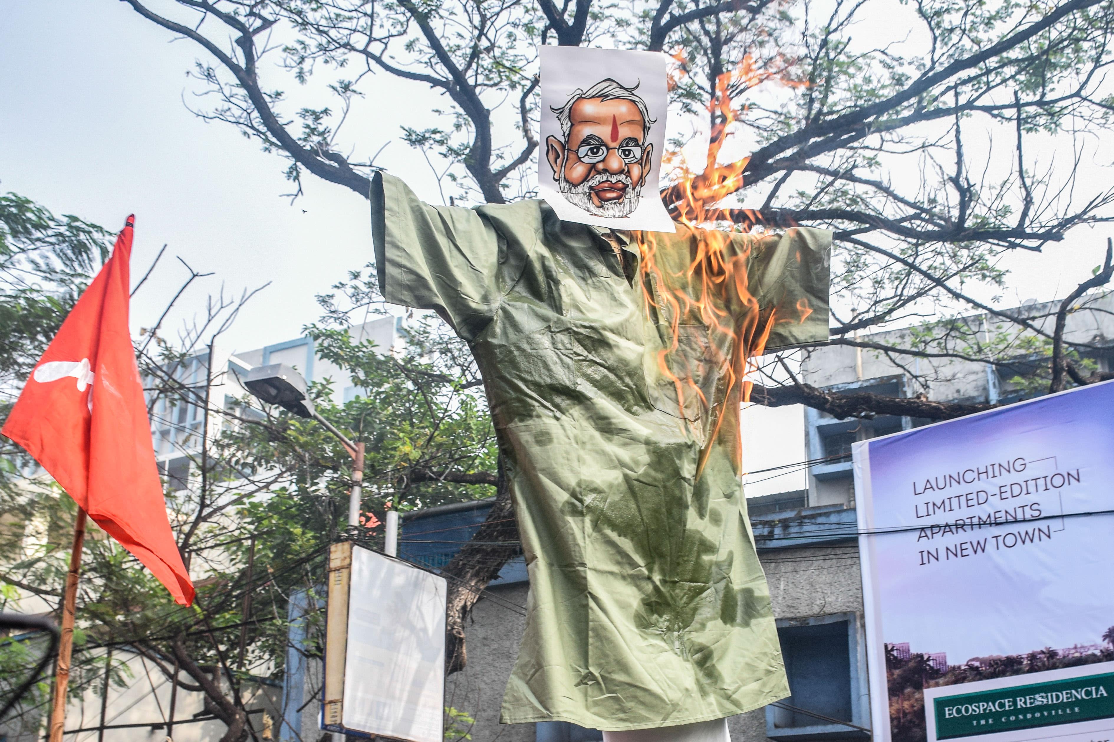 מפגינים בהודו שורפים את דמות ראש הממשלה מודי / צילום: Tamal Shee / SOPA Images/Sipa USA