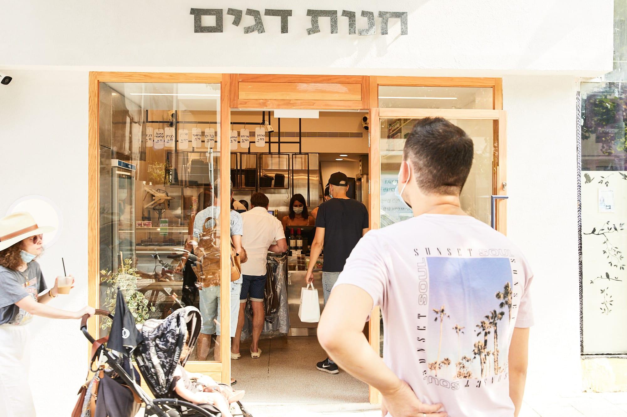 אוסמה דלאל בפתח החנות. בימי שישי, כשלא נעשים משלוחים, אנשים עומדים בתור / צילום: באדיבות אוללה