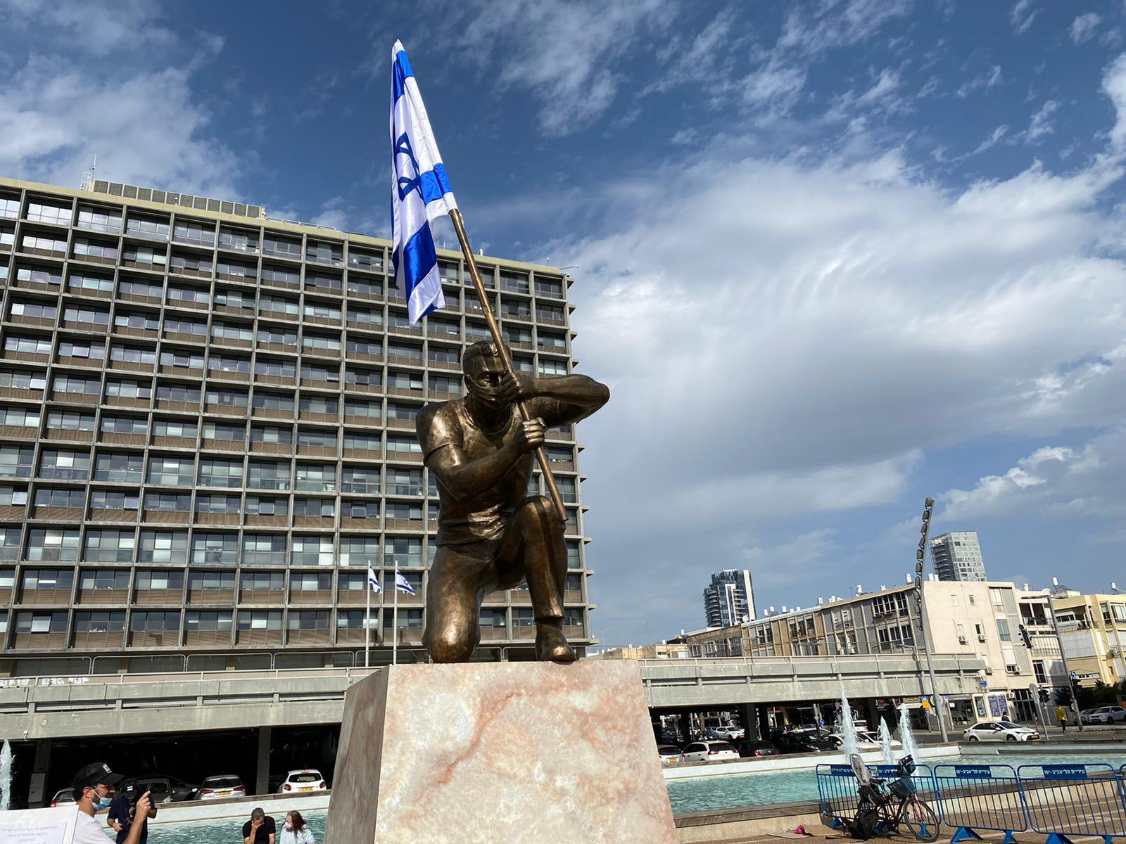 """פסלו של האמן איתי זלאיט """"גיבור ישראל"""" בכיכר רבין / צילום: בר לביא"""