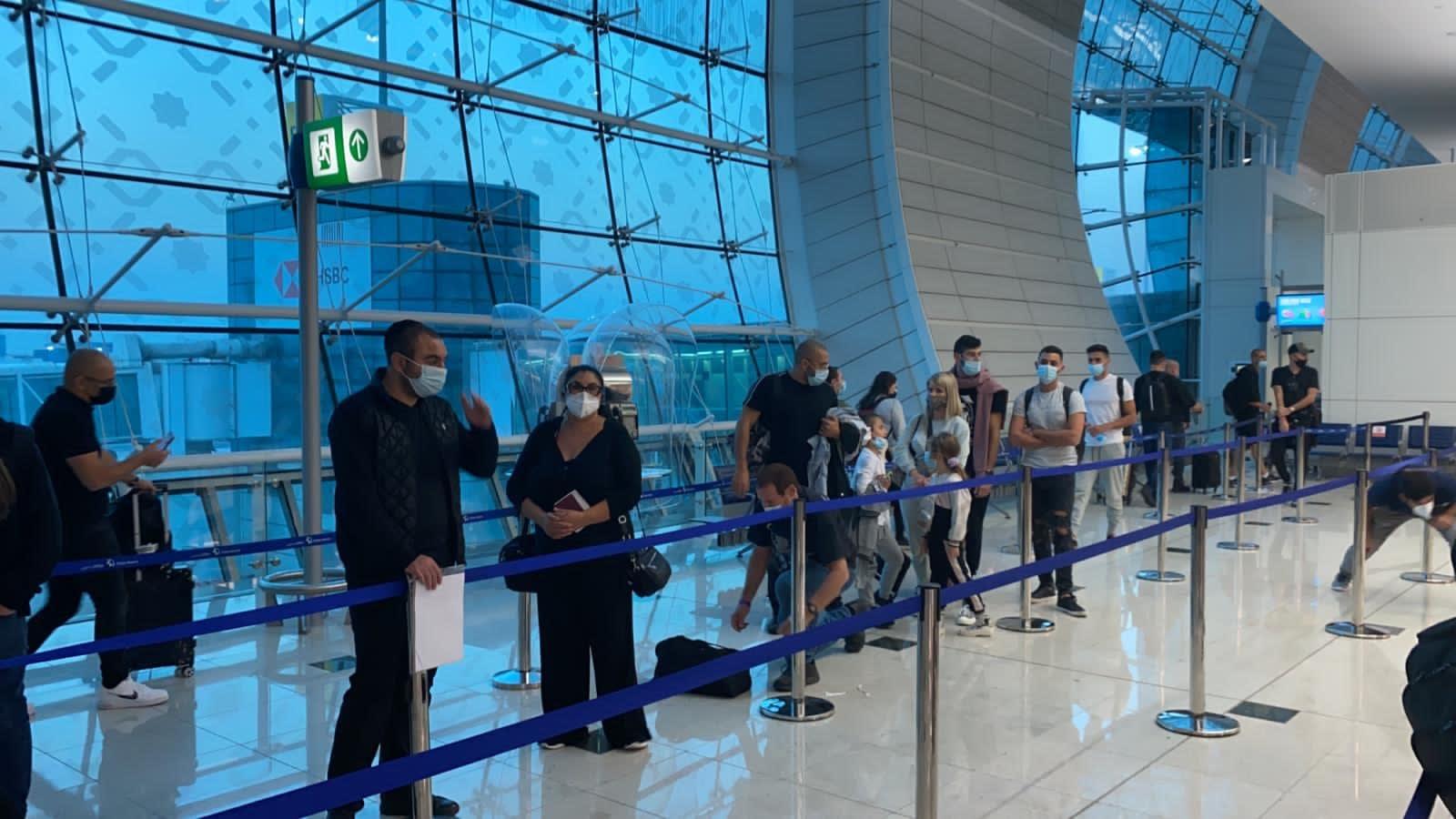 הנוסעים הישראלים נחתו בדובאי. שמירה על מרחק ומניעת התקהלות / צילום: טיסות סודיות