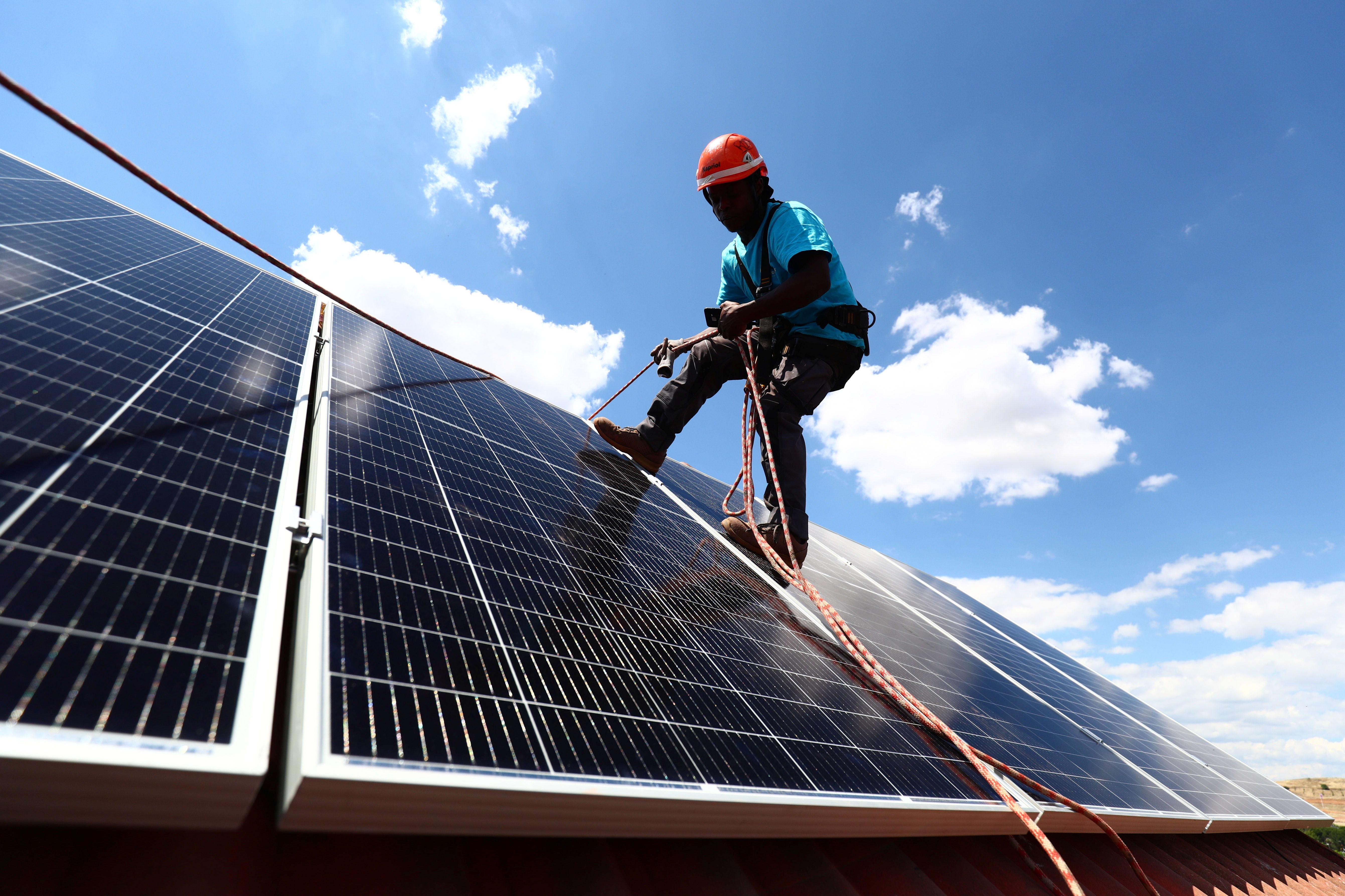 התקנת גג סולארי בספרד. הכנסה בטוחה לדיירים / צילום: Reuters, Sergio Perez