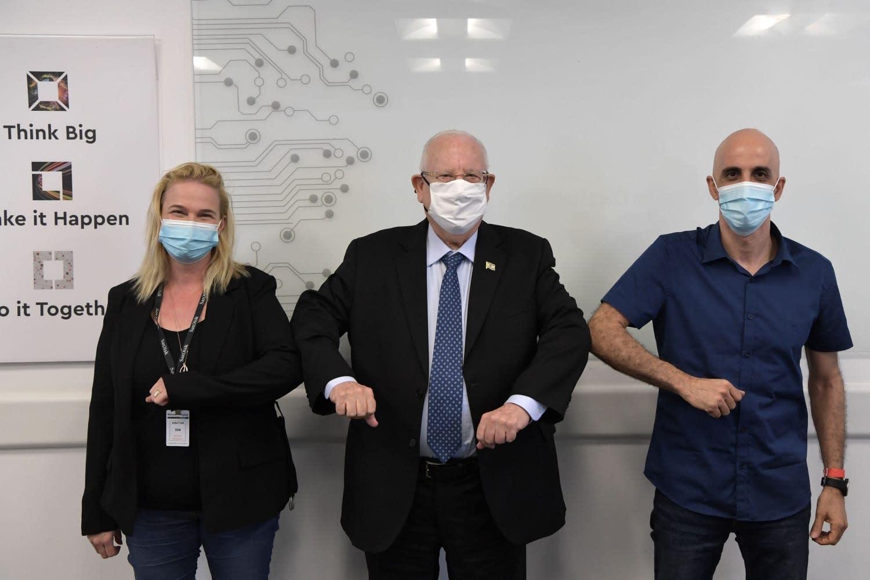 """נשיא רובי ריבלין במעבדה עם עינת זינגר דן, מנכ""""לית הפורום, ושחר בר אור, מנכל אינפינידנט / צילום: קובי גדעון"""