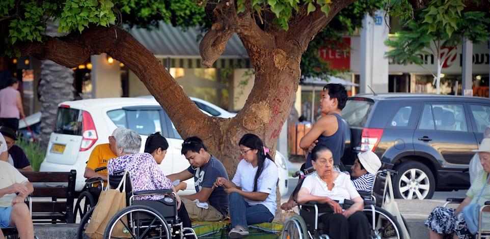 קשישים + זקנים + עובדים זרים - פיליפינים / צילום: איל יצהר