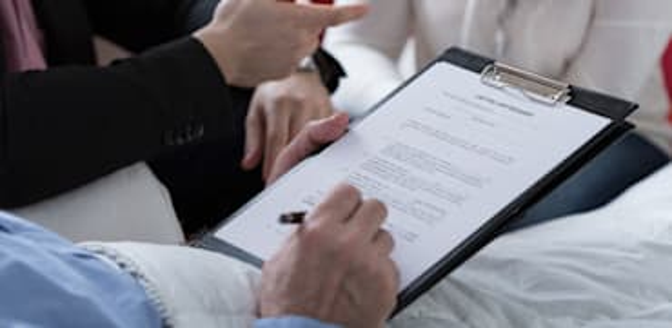 קשיש חותם על צוואה / צילום: Shutterstock, Photographee.eu