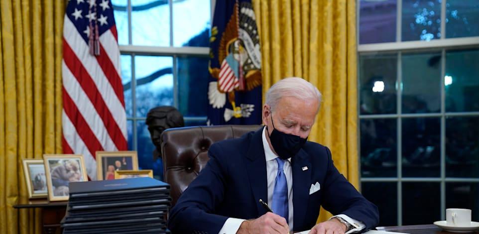ג'ו ביידן חותם על שורת צווים עם כניסתו לבית הלבן / צילום: Associated Press, Evan Vucci
