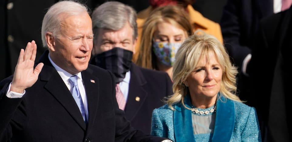 ג'ו ביידן מושבע לנשיאות לצד רעייתו ג'יל / צילום: Associated Press, Andrew Harnik