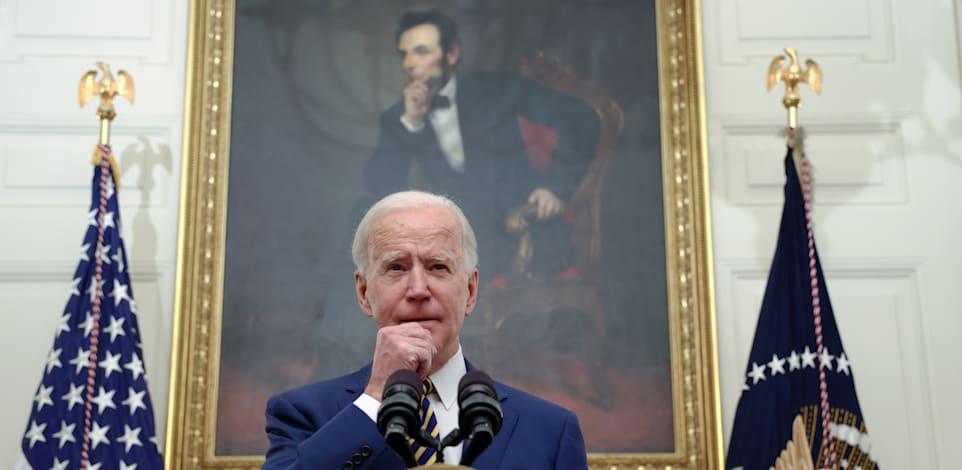 הנשיא ביידן מתחת לציור של לינקולן מתייחס לתוכנית הכלכלית בבית הלבן, שישי / צילום: Reuters, JONATHAN ERNST