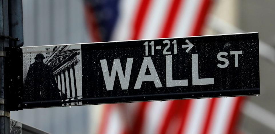 שלט של רחוב וול סטריט מחוץ לבורסת ניו יורק / צילום: Reuters, Mike Segar
