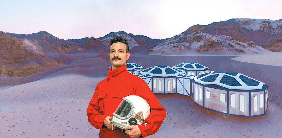 האדריכל אלון שיקאר עם הדמייה של מיזם החלל D-MARS / צילום: ניר לנגר. הדמיה: אלון שיקאר