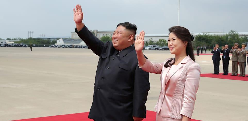 קים ג'ונג און ואישתו, רי סול ג'ו, מברכים את הקהל בטקס בפיונגיאנג / צילום: Reuters, KCNA