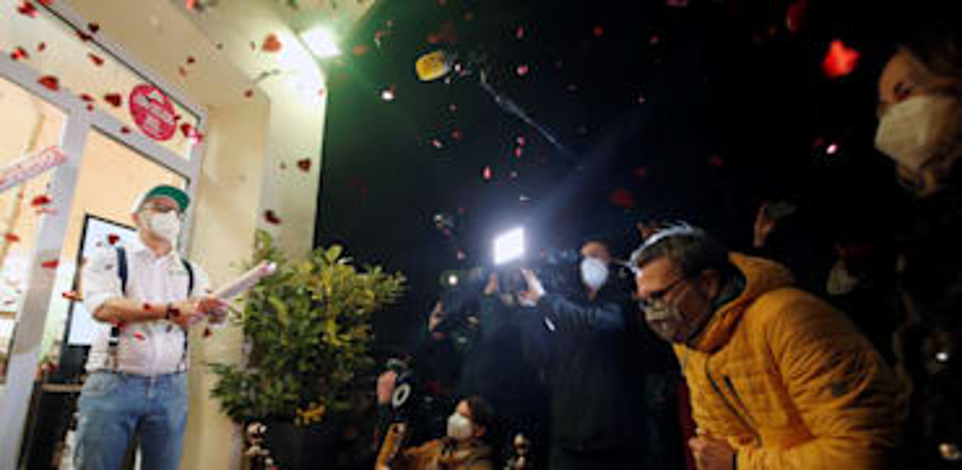 תור מחוץ למספרה לאחר שלמספרות בגרמניה ניתן אישור להפתח / צילום: Reuters