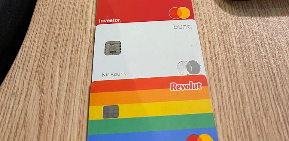 אוסף כרטיסי האשראי העולמי של ניר קוריס / צילום: ניר קוריס