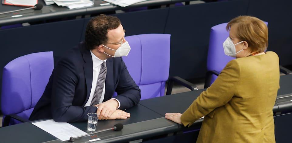קנצלרית גרמניה, מרקל ושר הבריאות הגרמני בדיון ממשוך בפרלמנט בנוגע להמשך הסגר / צילום: Associated Press, Markus Schreiber