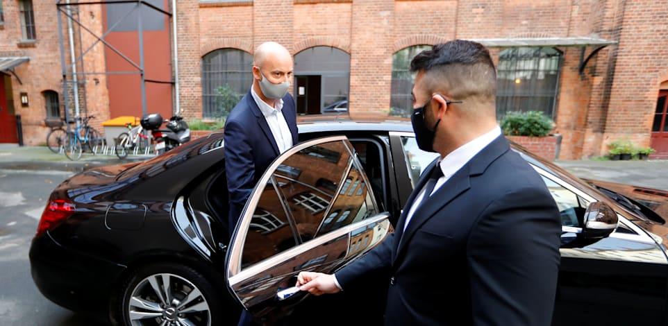 "מנכ""ל Blacklane ינס וולטורף נכנס לרכב של החברה / צילום: Reuters, Fabrizio Bensch"