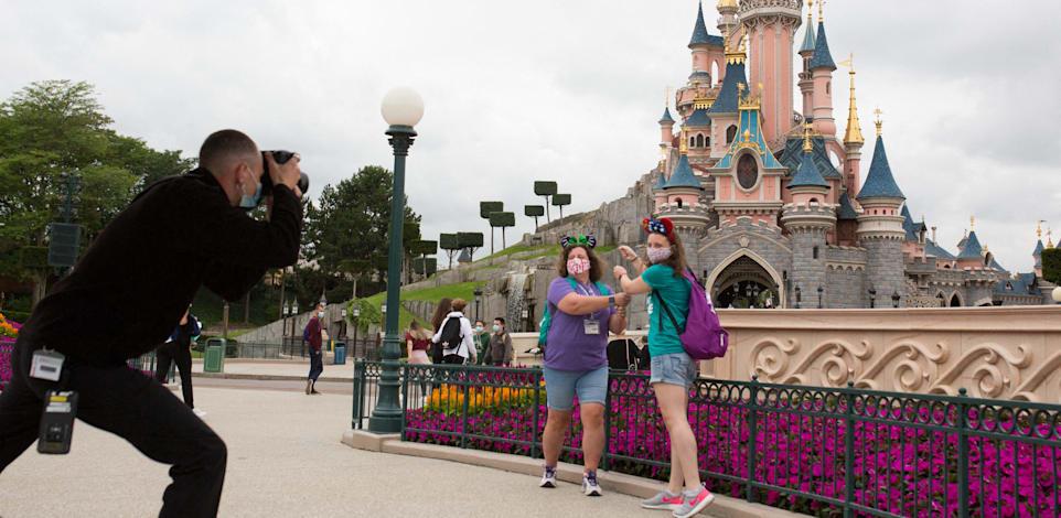 תיירות שומרות על ריחוק חברתי ומצטלמות בפארק של דיסני / צילום: Reuters, Raphael Lafargue/ABACAPRESS.COM