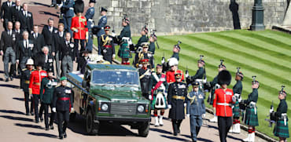משפחת המלוכה הבריטית צועדת אחר ארונו של הנסיך פיליפ בטקס ההלווייה / צילום: Associated Press, Dave Jenkins