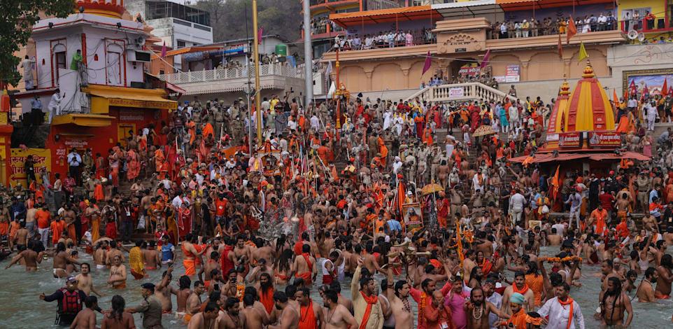 המוני הודיים מצטופפים בנהר בעיר הארידדוואר בשבוע שעבר / צילום: Associated Press, KSB