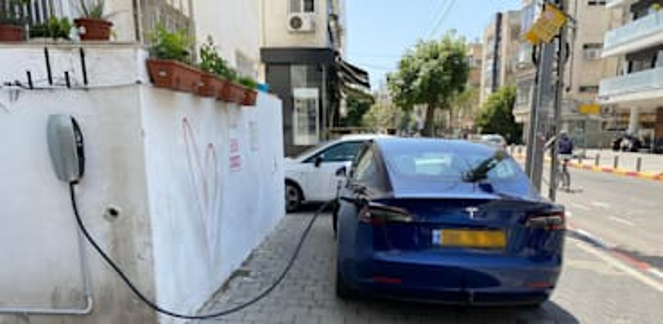 טסלה בעמדת טעינה פרטית בתל אביב / צילום: בר לביא