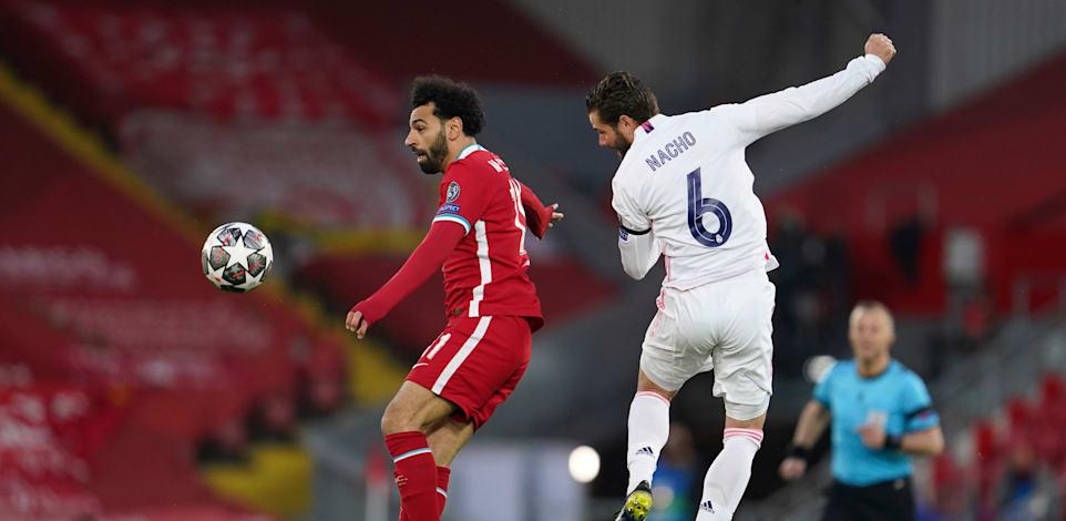 מוחמד סלאח ומאצ'ו במשחק בין שתי הקבוצות - ליברפול וריאל מדריד / צילום: Associated Press, Jon Super