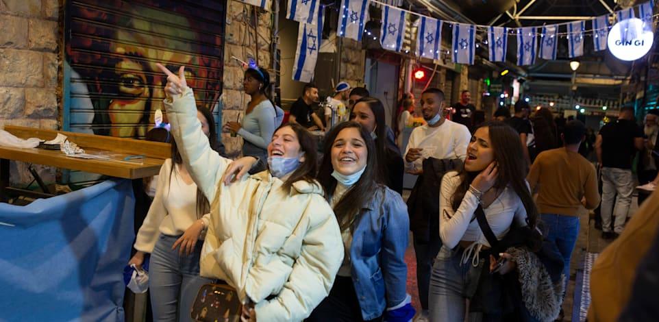 ישראלים חוגגים את יום העצמאות ואת הסרת המגבלות / צילום: Associated Press, Maya Alleruzzo