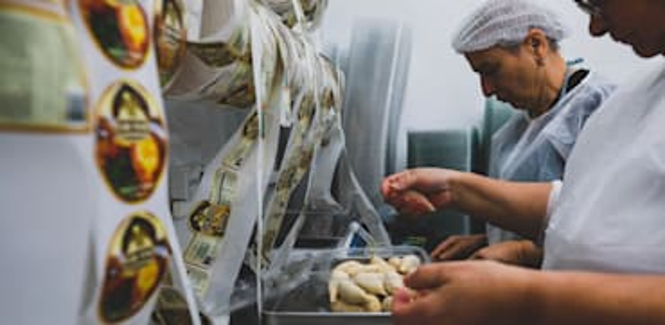 אצל טניה. מבחר עצום של כיסונים מכל הסוגים / צילום: אריק רובין