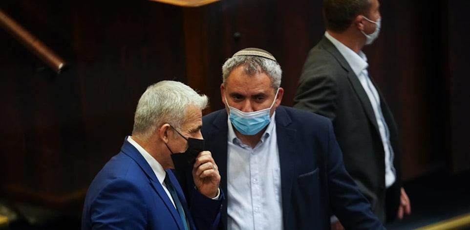 יאיר לפיד וזאב אלקין בהצבעה על הוועדה המסדרת / צילום: נועם מושקוביץ