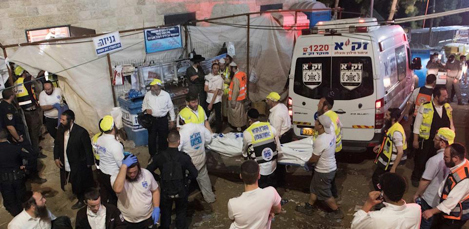פינוי הנפגעים במהלך הלילה על ידי כוחות ההצלה / צילום: Associated Press, ASSOCIATED PRESS