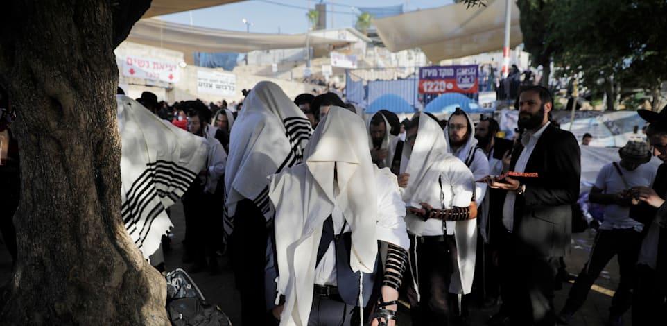 מתפללים בסמוך למקום האסון בהר מירון