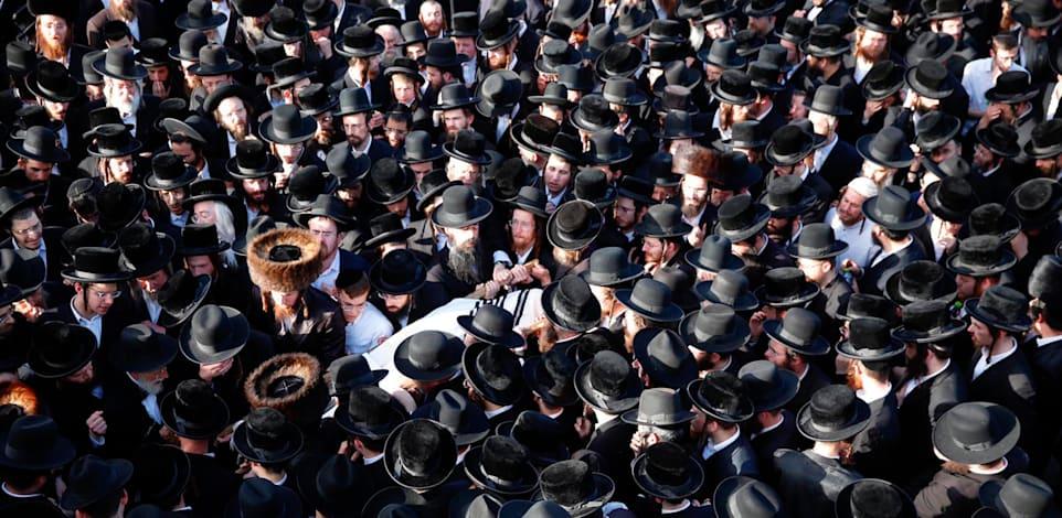אלפים משתתפים בלוויה של הרוג באסון הר מירון / צילום: Associated Press, Ariel Schalit