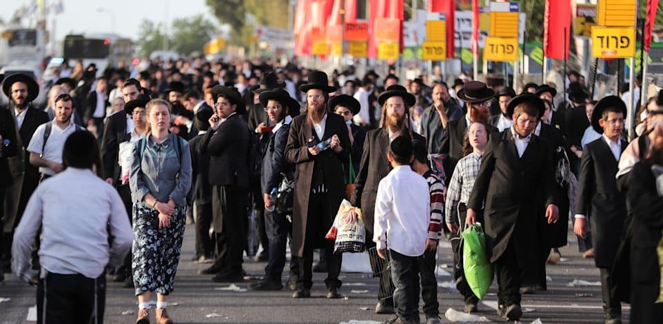 עשרות אלפי המתפללים בדרך להילולה שתיגמר באסון / צילום: Reuters, Ronen Zvulun