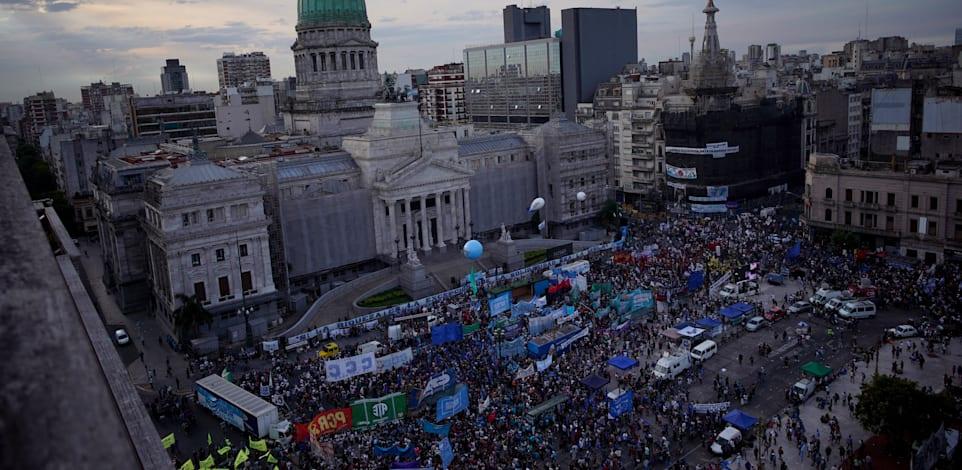 הפגנה בעד הטלת מס העושר מול בניין הקונגרס בבואנוס איירס, נובמבר 2020 / צילום: Associated Press, Victor R. Caivano