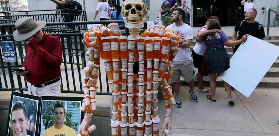 """הפגנה במסצ'וסטס נגד משפחת סאקלר, יצרנית ומפיצת משככי הכאבים שהביאו למותם של מיליונים בארה""""ב ובעולם, 2020 / צילום: Associated Press, Charles Krupa"""