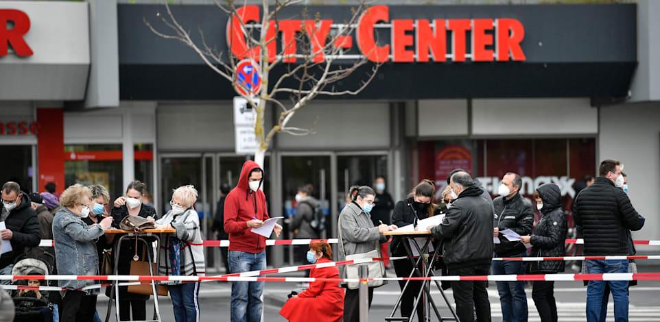 אנשים בגרמניה מחכים בתור כדי לקבל את החיסון של מודרנה / צילום: Associated Press, Martin Meissner