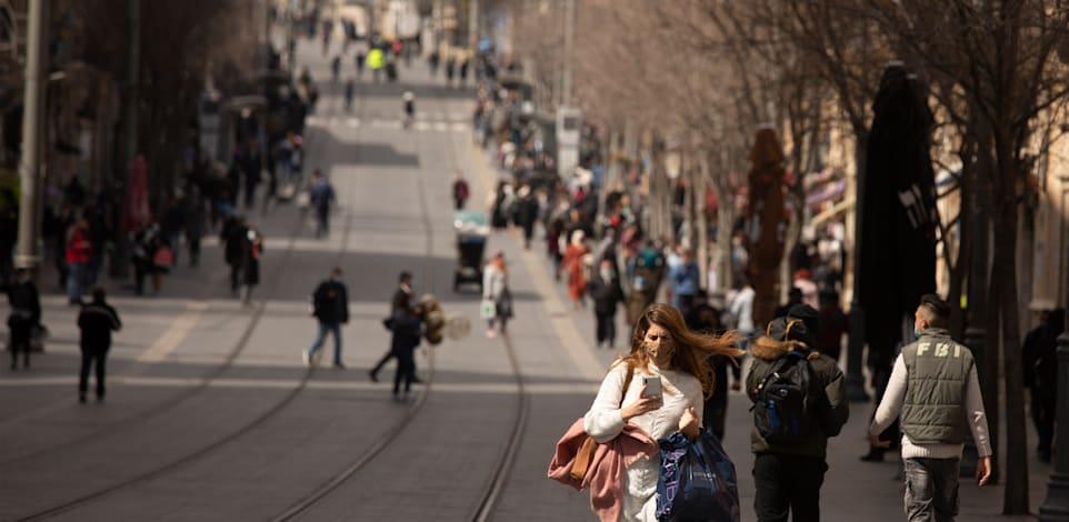 אנשים מסתובבים בירושלים בתקופת הקורונה / צילום: Associated Press, Maya Alleruzzo