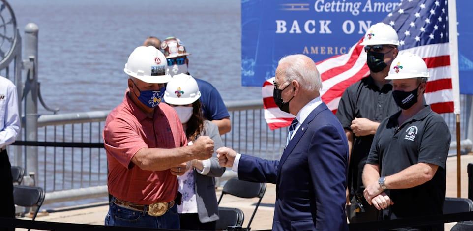 הנשיא ג'ו ביידן במפגש עם עובדים בלואיזיאנה ביום חמישי / צילום: Reuters, Jonathan Ernst