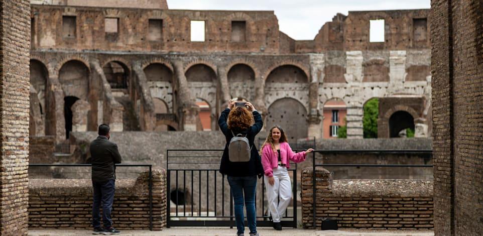 בתיירים בקוליסאום ברומא. האתר נפתח מחדש בסוף אפריל / צילום: Associated Press, Domenico Stinellis