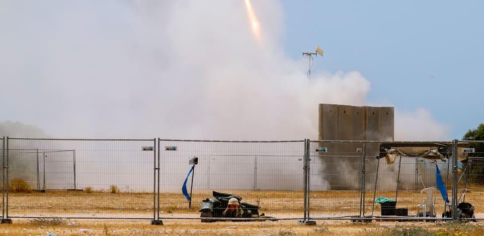 כיפת ברזל שולחת יירוטים לעבר הרקטות שנשלחות לעבר ישראל / צילום: Associated Press, Ariel Schalit