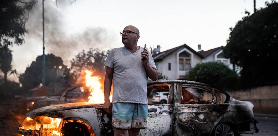 מכונית עולה באש במהומות בלוד, אמש / צילום: Reuters, Heidi Levine