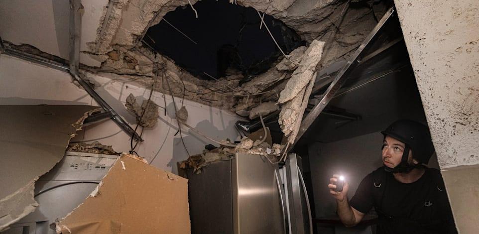 בית שספג פגיעה ישירה באשקלון, אמש / צילום: Associated Press, Tsafrir Abayov