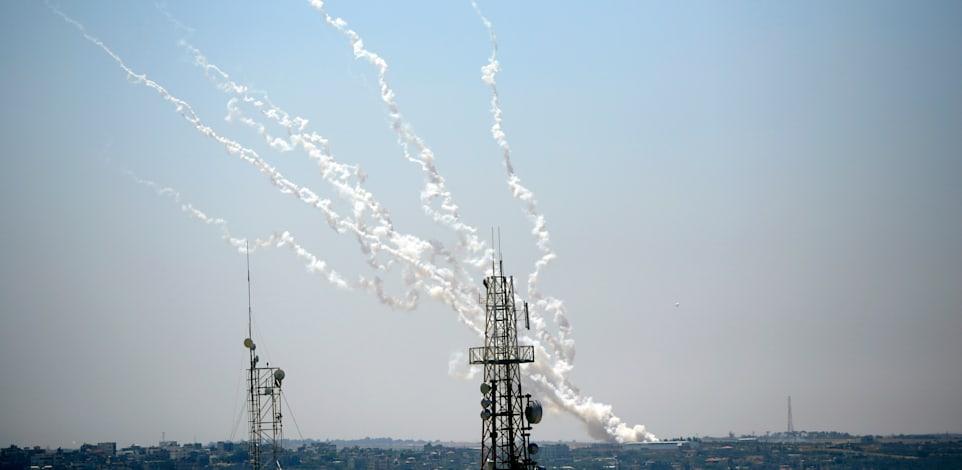 שיגורי רקטות מעזה לעבר ישראל / צילום: Associated Press, Hatem Moussa
