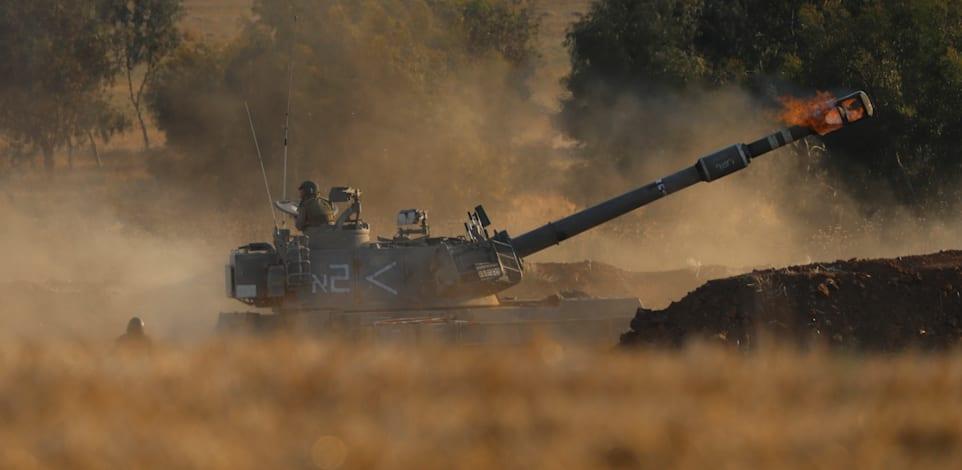 """טנק של צה""""ל יורה לעבר עזה / צילום: Associated Press, Ariel Schalit"""
