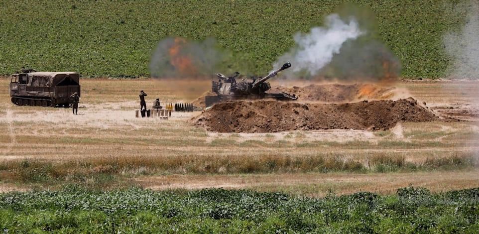"""כוח צה""""ל בגבול הרצועה הבוקר / צילום: Reuters, Baz Ratner"""