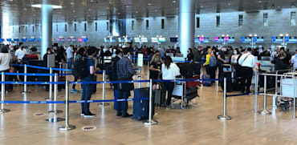 """תור נוסעים בשדה התעופה נתב""""ג / צילום: מיכל רז חיימוביץ"""
