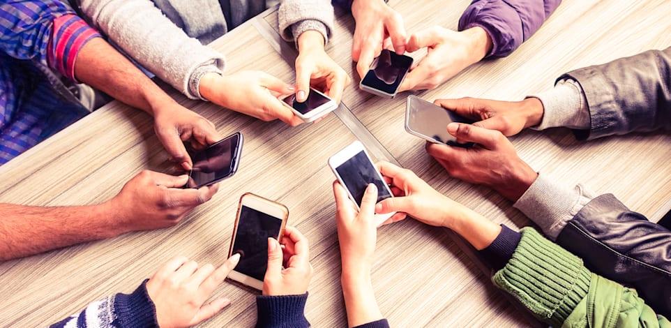 המחסור בשבבים מגיע גם לתעשיית הטלפונים החכמים / צילום: Shutterstock, Akhenaton Images