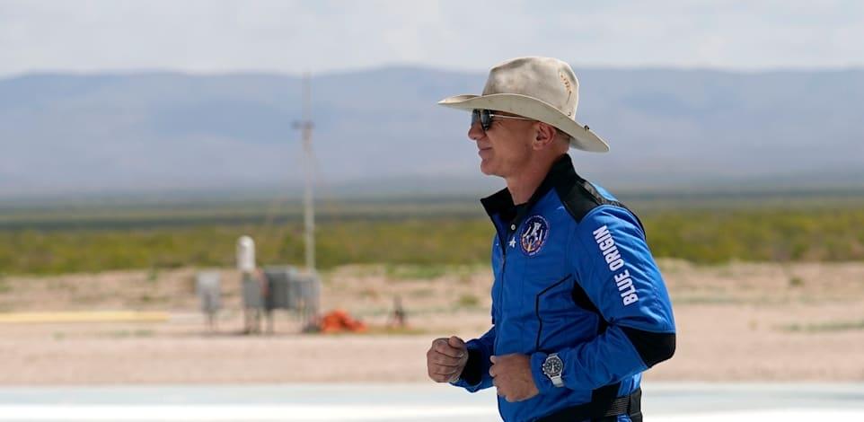בזוס עם שעון אומגה לאחר הנחיתה / צילום: Associated Press