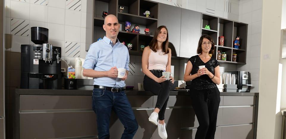 מימין: דפנה חמם, אליאור יעקובי, שלומי ויטורי. במטבחון אינטל / צילום: איל יצהר