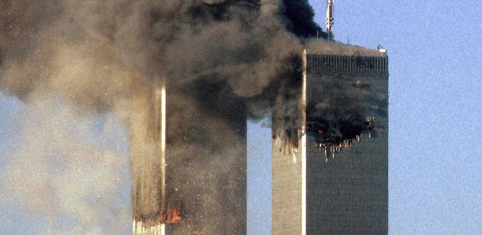 מגדלי התאומים בוערים לאחר פגיעת מטוס 175 החטוף במגדל הדרומי / צילום: Reuters
