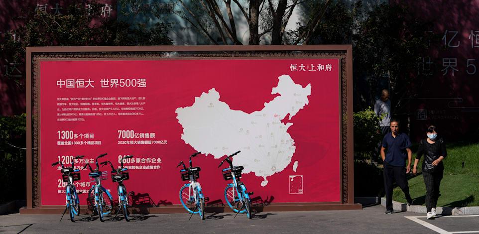 מפה שמציגה את הפרויקטים של אוורגרנד בסין, שעומדת ליד פרויקט של החברה שנבנה בבייג'ינג' / צילום: Associated Press, Andy Wong